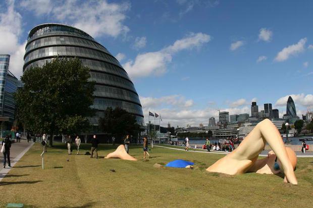 39-London Inks Man Swimming Statue, England