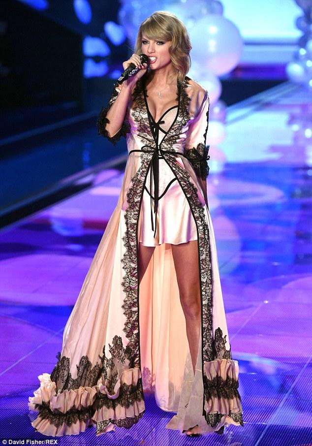 Pakaian Super Seksi Taylor Swift pada Acara Victoria Secret