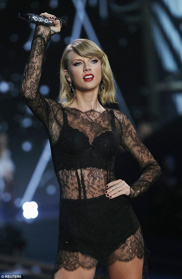 Taylor Swift mengenakan lingerie berenda warna hitam