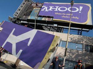 pekerja menyingkirkan papan reklame yahoo